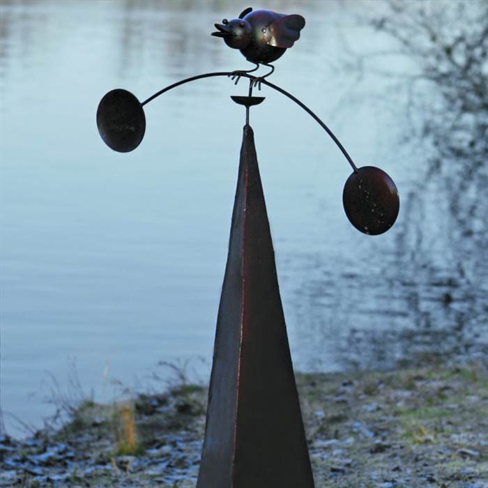 Gartenpyramide mit balancierendem Vogel