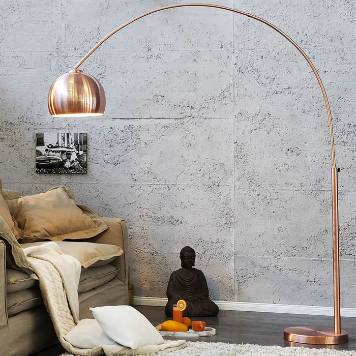 Design Bogenlampe im Wohnzimmer